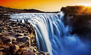 晚霞下的壮观瀑布摄影图片