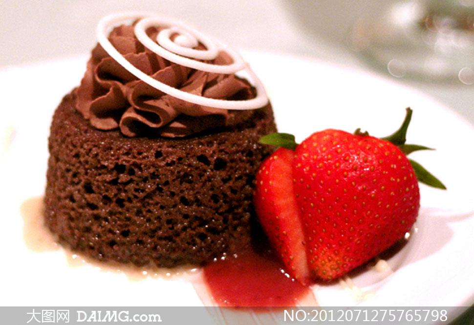 盘子里的小蛋糕与草莓摄影高清图片