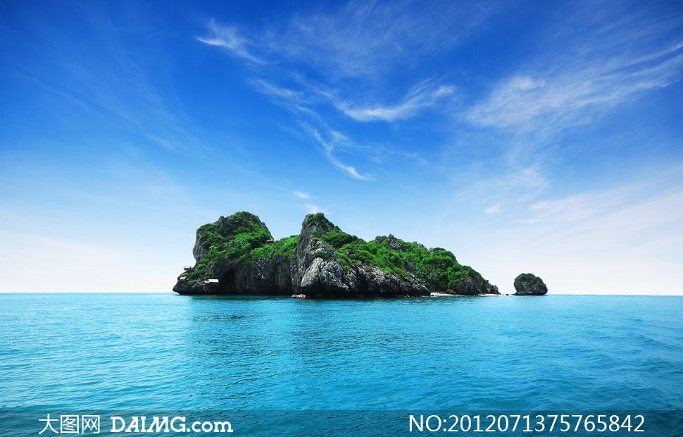 湛蓝大海里的礁石灯光摄影高清图片