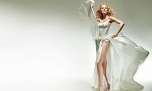 身穿大裙摆礼服的美女摄影高清图片
