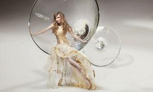 坐酒杯边上的金发美女摄影高清图片