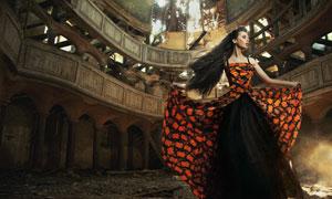 欧式建筑里的长裙美女摄影高清图片