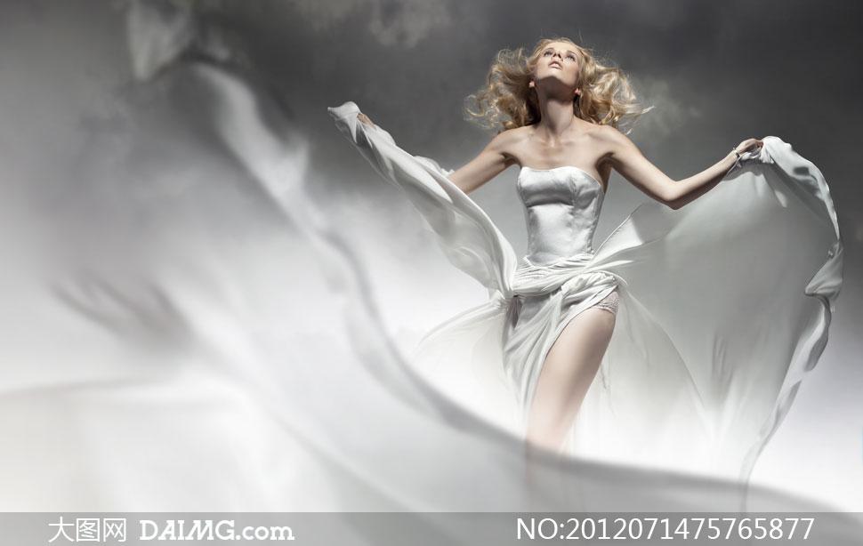 美女丝绸裙子视频