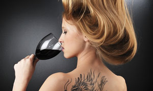 喝酒的长发纹身女孩摄影高清图片