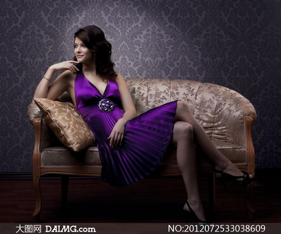 二郎腿姿势坐在沙发上的美女图片 大图网设计