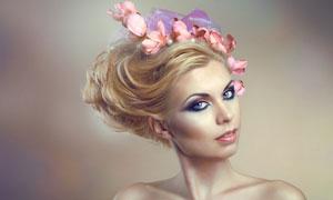 花朵装饰的盘发美女摄影高清图片
