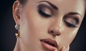 用手轻抚脸颊的美女摄影高清图片
