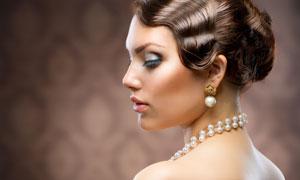 复古发型露背美女侧面摄影高清图片