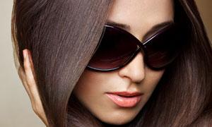 戴墨镜的中分长发美女摄影高清图片