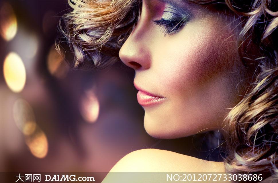 欧美卷发浓妆女人侧面摄影高清图片
