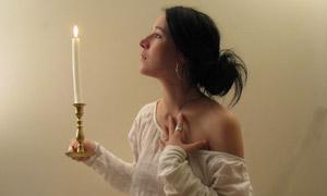 拿着蜡烛向往的性感美女摄影图片