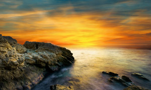梦幻晨光下的海边摄影图片