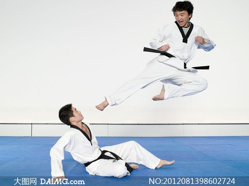 跆拳道对抗的运动员摄影高清图片