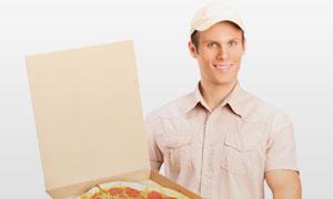 打开披萨饼包装的男人摄影高清图片
