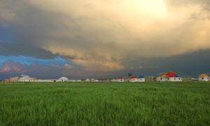 厚重云彩下的草地帐篷摄影高清图片