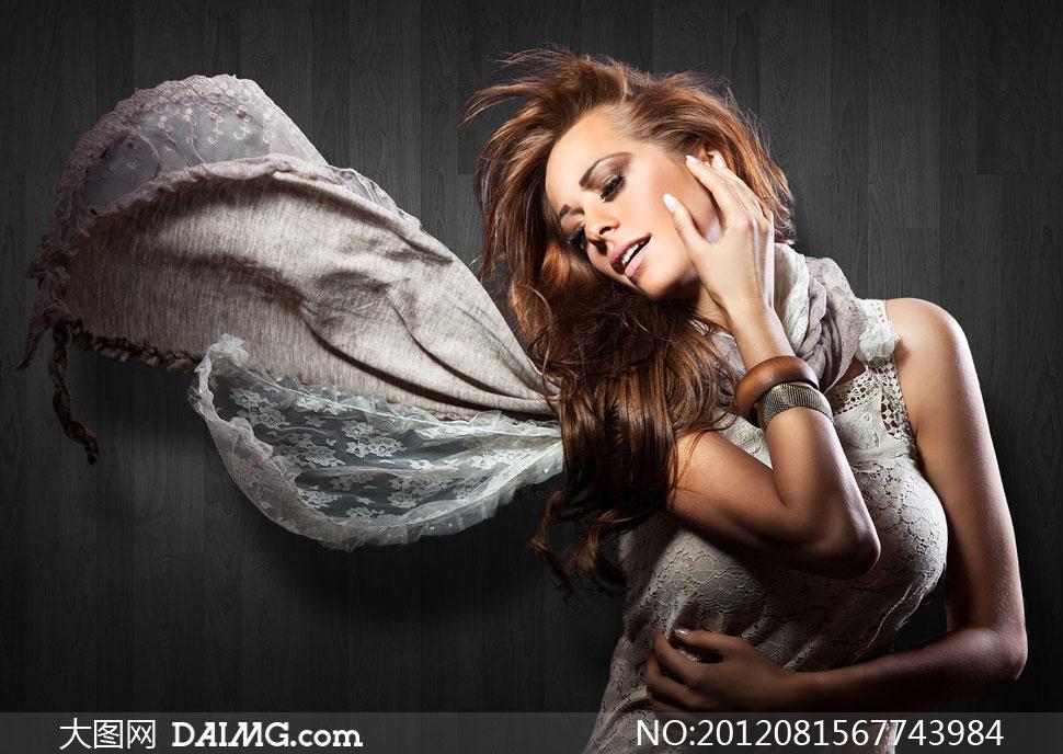 木板墙前的长发美女摄影高清图片