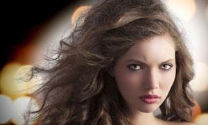 冷冷表情的卷发美女摄影高清图片