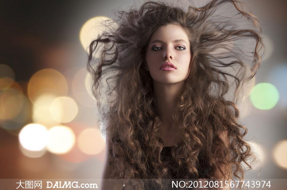 被风吹起头发的美女摄影高清图片