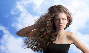 蓝天白云与露肩美女摄影高清图片