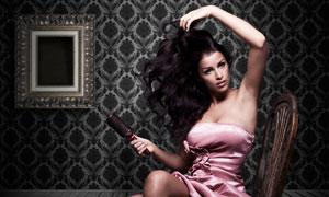 椅子上整理头发的美女摄影高清图片