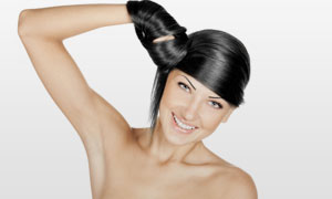 手缠绕头发的露肩美女摄影高清图片