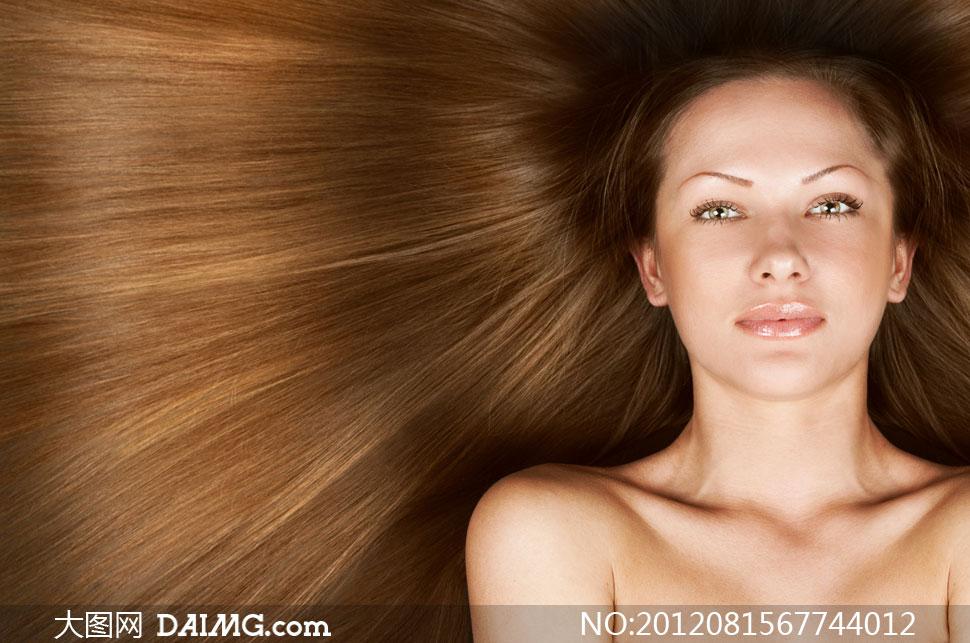 棕色柔顺长发美女正面摄影高清图片