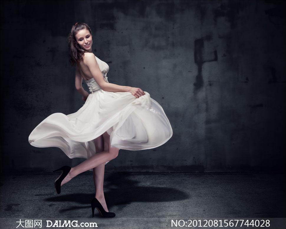 肩头裸肩裙子白色黑色墙壁昏暗黑色高跟鞋扭头侧面
