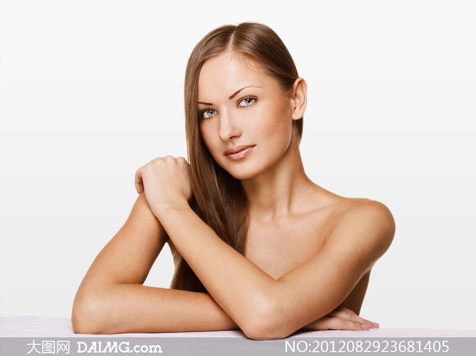 头发放一侧的露肩美女摄影高清图片