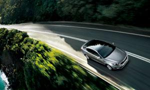 环山公路上的银色轿车摄影高清图片