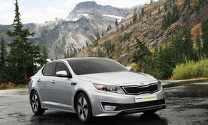 停在山脚下的银色轿车摄影高清图片