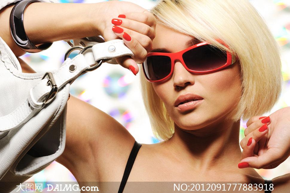 戴墨镜的短发美女模特摄影高清图片