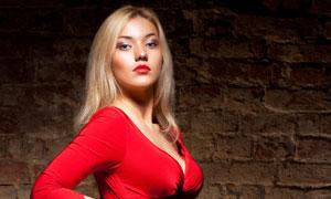 一身红色紧身装扮的美女高清图片