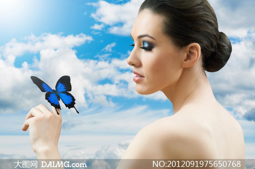 蝴蝶与盘发露背美女摄影高清图片