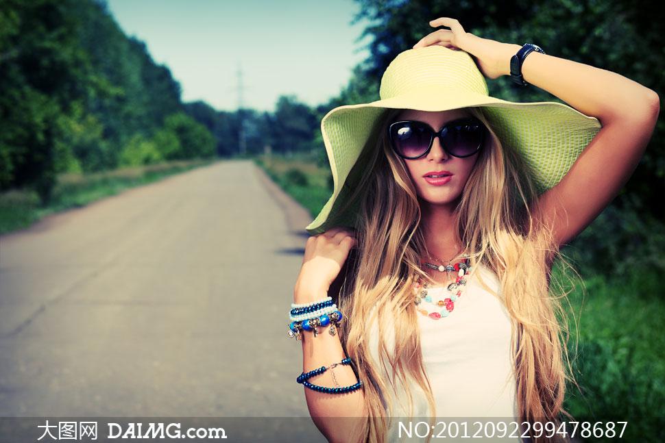 戴帽子的墨镜长发美女摄影高清图片