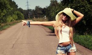 路边等搭车的长发美女摄影高清图片