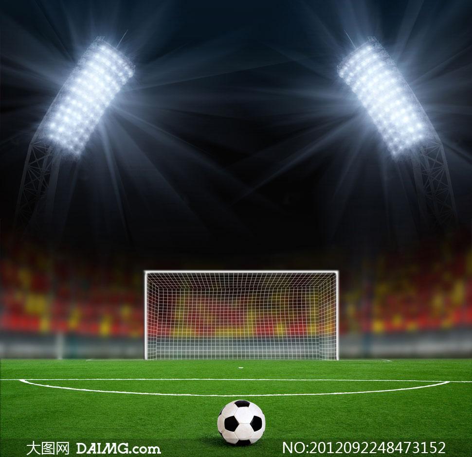 正对球门摆放的足球摄影高清图片