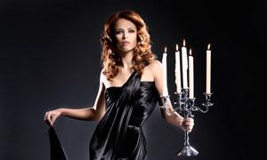 手拿烛台的晚礼服美女摄影高清图片