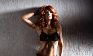 靠墙站着的浓妆美女摄影高清图片