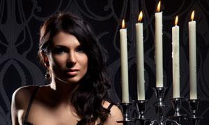 手拿烛台的内衣美女摄影高清图片