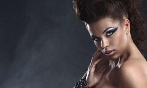 戴着首饰的浓妆女人摄影高清图片