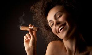 拿雪茄的露肩卷发美女摄影高清图片