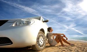沙滩上的汽车与男人摄影高清图片