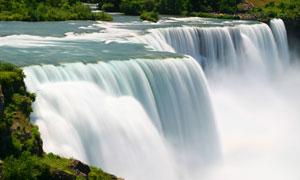 顺流而下的瀑布风光摄影高清图片