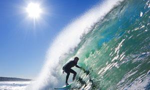 大海之上的冲浪人物摄影高清图片