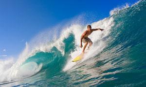 夏日海面上冲浪人物摄影高清图片