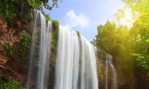高处顺流直下的瀑布摄影高清图片