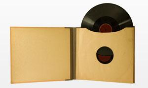 泛黄的封套与黑胶碟摄影高清图片