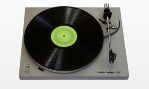 黑胶碟与唱片机近景摄影高清图片