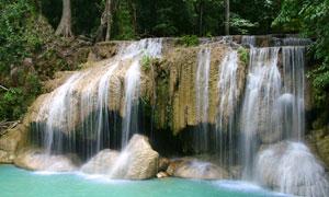 山石上流淌下来的瀑布摄影高清图片