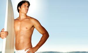 大海冲浪板与肌肉型男摄影高清图片